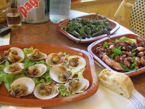 Chipirones, zamburiñas y pimientos de Padrón en Vilanova de Arousa