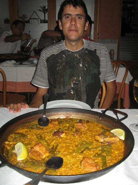 Javi y su primera paella valenciana