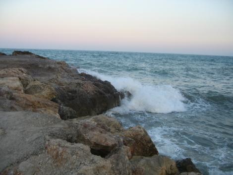 Mar picado en el Faro de Cullera